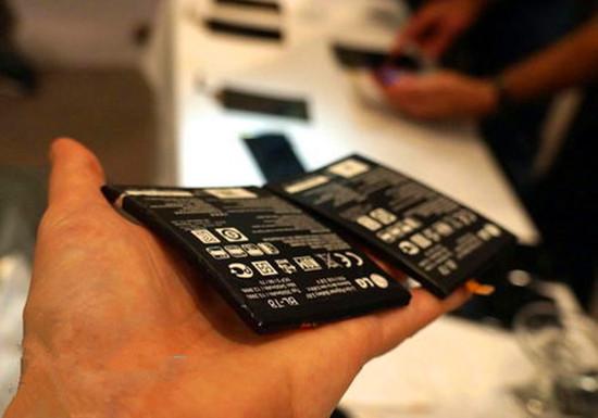 我们有柔性屏幕,柔性电路板,三星和LG甚至还发布了可弯折的手机,不过,关键的柔性电池的消息就比较少。诺基亚转型专利公司以后,向美国专利局提交了他们闭关的最新成果:一种能像瑞士卷那样卷起来的电池。 这种电池采用分离的阳极和阴极,采用真空包装将两极以及连接部分都包装在一条柔性带中。诺基亚的文档上说明这种电池适合所有的移动电子设备,包括移动电话,掌上游戏机,音乐播放器,笔记本电脑或PDA。虽然我们一般不会将手机卷成一团,不过柔性电池无疑会为手机的设计带来更多可能性。 目前三星和LG等公司也正在开发自己的柔性电